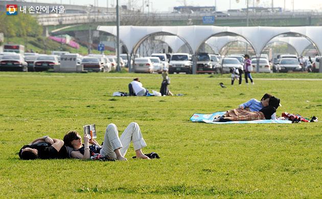 한강에서 여유로운 한때를 보내는 시민들