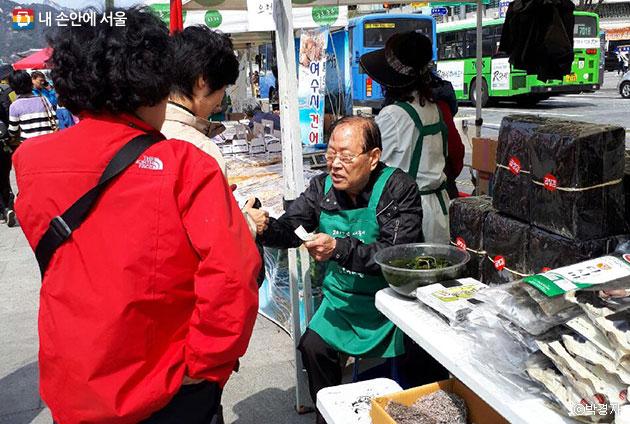 재활용 물품뿐만 아니라 저렴한 가격의 좋은 품질의 먹거리도 만나볼 수 있다. ⓒ박경자