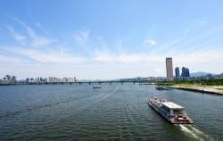 `한강 역사탐방 프로그램` 중 하나인 `한강옛나루터길 코스`는 선상코스로 운영된다.