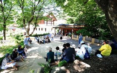 `시의 뿌리를 찾는 문학기행`에 참여 중인 시민들