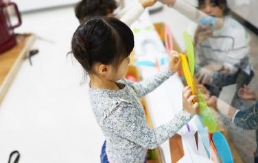 서울상상나라에서 직접 체험하며 즐거워하는 어린이들