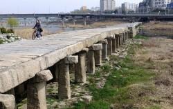 자전거에서 내려 살곶이 다리 위를 걷는 시민 ⓒ김종성