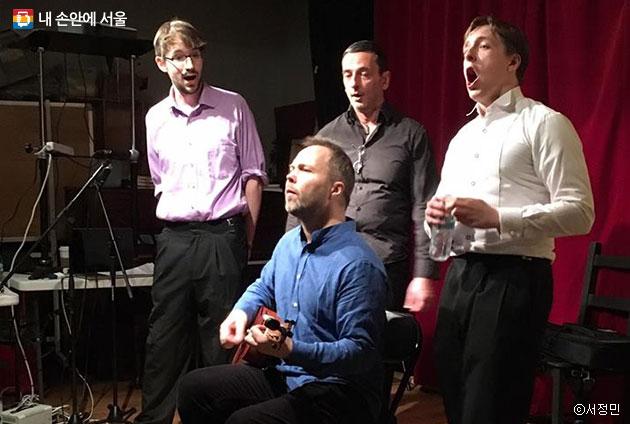 `카마라타 뮤직 스튜디오`에서 공연 연습 중인 아카펠라 4중창 멤버들 ⓒ서정민