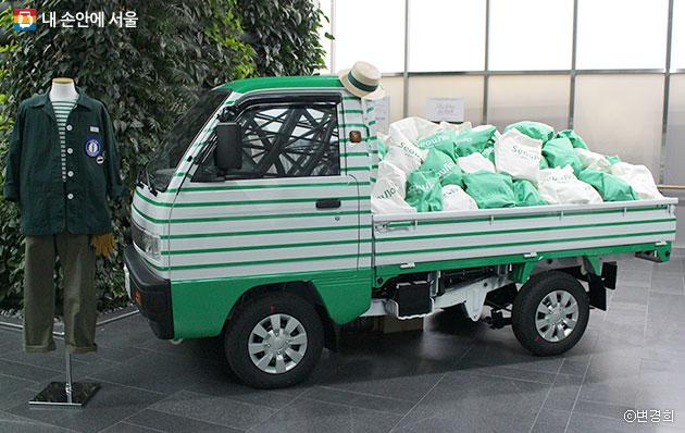 `서울로7017` 정원을 관리하는 전기트럭과 정원사 유니폼 ⓒ변경희