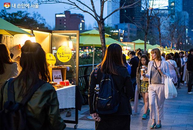 청계천 보행전용거리에서 펼쳐지는 서울 밤도깨비 야시장