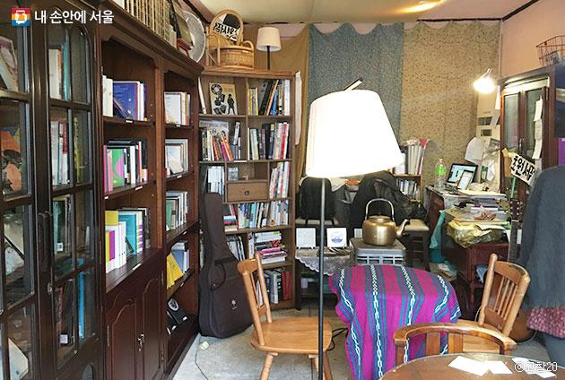 80년대 어느 가정집의 서재를 방문한 듯한 느낌의 `초원서점` 내부 ⓒ고함20