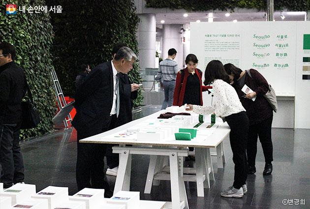 `서울로7017 기념품 전시회`를 관람 중인 시민들 ⓒ변경희