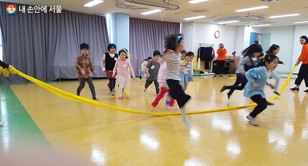 서울상상나라 꿈다락 토요문화학교 프로그램에 참여 중인 어린이들