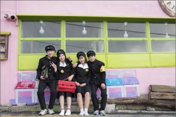 이화벽화마을의 벽화와 학생들