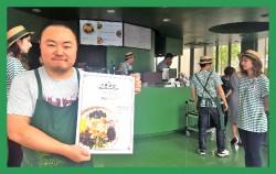 `7017서울화반`에서 김훈이 쉐프가 비빔밥 메뉴판을 들고 있다. ⓒ 최은주