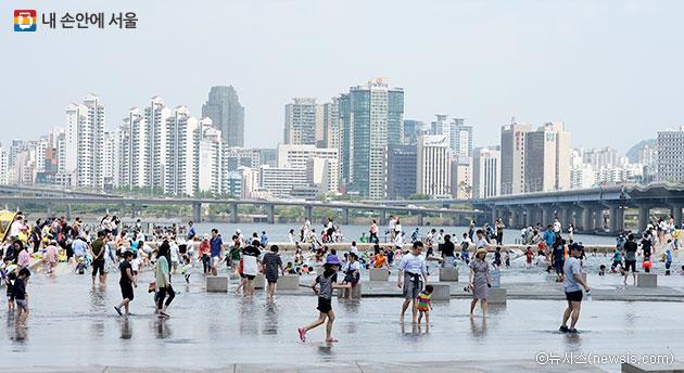 휴일을 맞아 서울 여의도 한강공원 물빛광장에서 어린이들이 물놀이를 하고 있다. ⓒ뉴시스