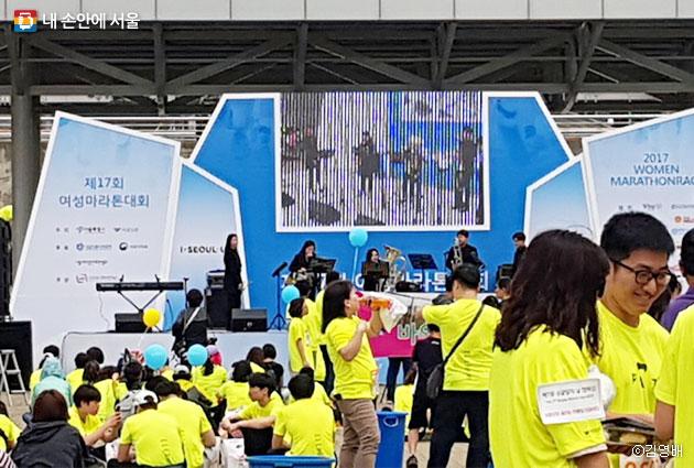 문화행사가 진행 중인 `2017 여성마라톤대회`의 모습 ⓒ김영배