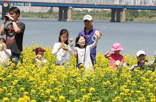 유채꽃밭에서 즐거운 시간을 보내고 있는 시민들