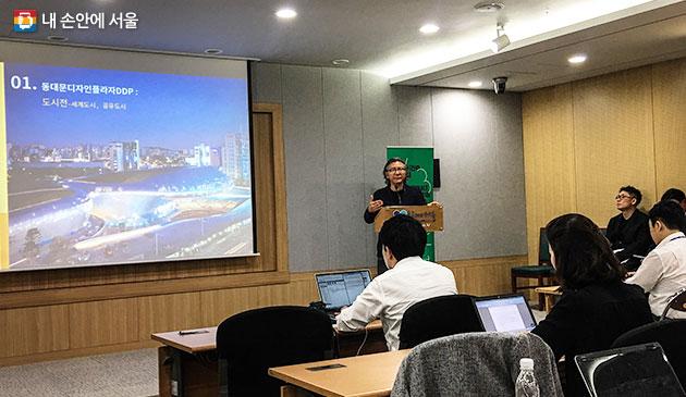 배형민 서울비엔날레 국내 총감독이 29일 기자설명회에서 `2017 서울도시건축비엔날레` 시민 현장 프로젝트를 설명하고 있다.