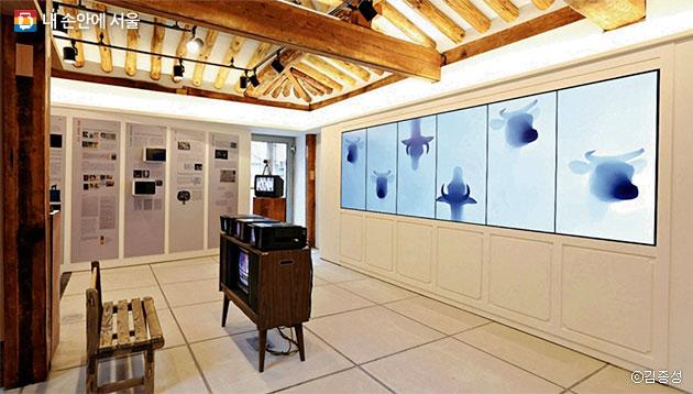 아담한 한옥에서 독특한 작품을 감상할 수 있는 `백남준을 기억하는 집` ⓒ김종성