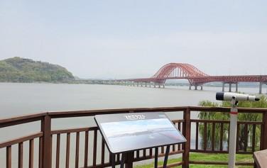 `강서 한강공원`의 경관조망 명소에서 바라본 행주산성과 방화대교. 멀리 희미하게 북한산이 보인다. ⓒ 최용수