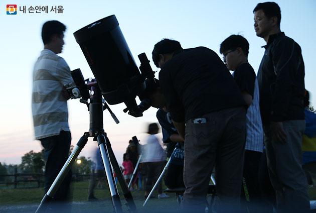 별자리 관측하는 시민들