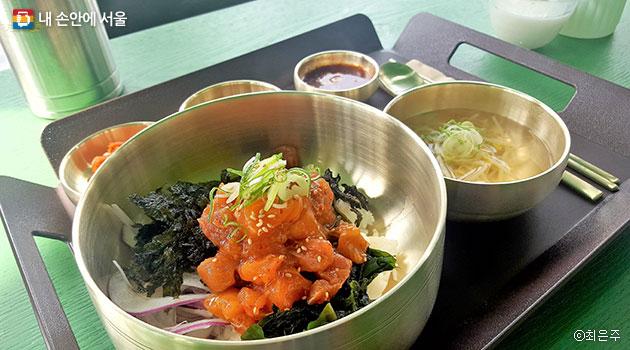 연어와 생미역이 일품인 연어비빔밥 ⓒ최은주