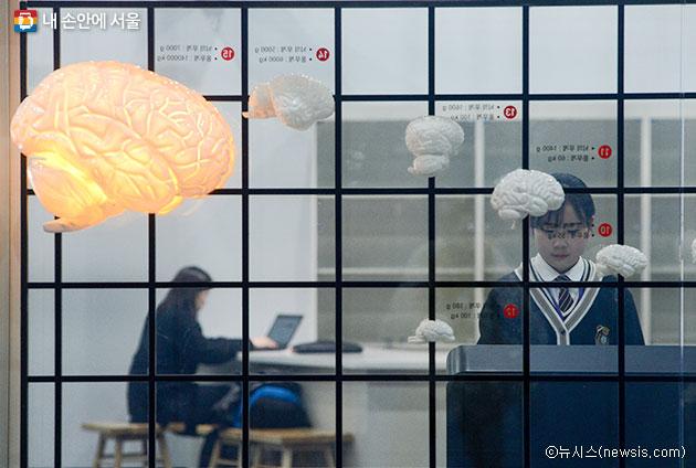 서울시립과학관에서 체험을 하고 있는 청소년들ⓒ뉴시스