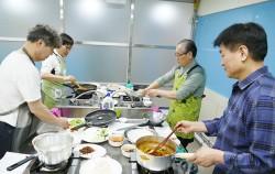 노원50플러스센터, 요리에 집중하는 수강생들의 표정이 사뭇 진지하다. ⓒ김영옥