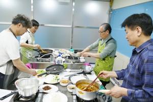 """중장년 남성들 요리 도전기! """"가족에게 맛있는 밥상을…"""""""