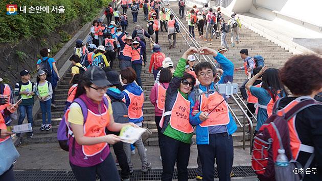 따라하기 미션을 수행하는 참가자들로 가득한 삼순이 계단 ⓒ최은주