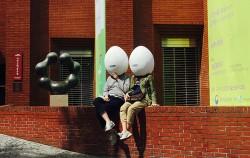 서울연극제의 상징인 `알` 모양 탈을 쓰고 길거리 연극을 감상하는 시민들 ⓒ고함20