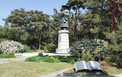 절두산 순교기념광장에는 한국인 최초 신부인 김대건 안드레아의 동상이 세워져있다. ⓒ최용수