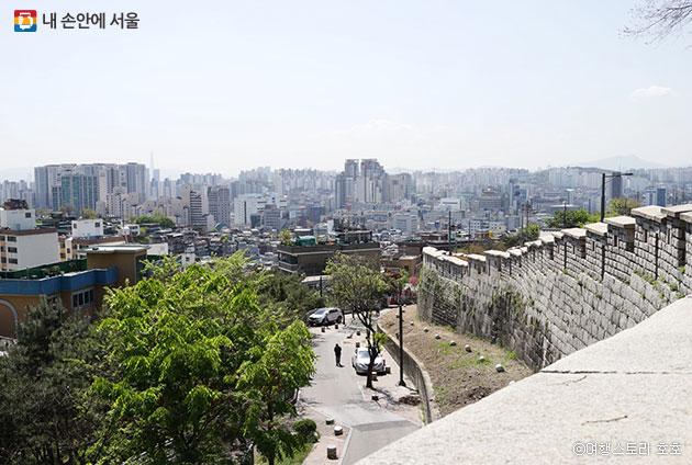 서울 도심이 한눈에 들어오는 낙산공원 ⓒ여행스토리 호호
