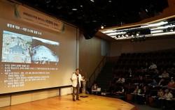 역사학자 전우용 교수가 `광장`에 대해 이야기를 하고 있다. ⓒ 김윤경
