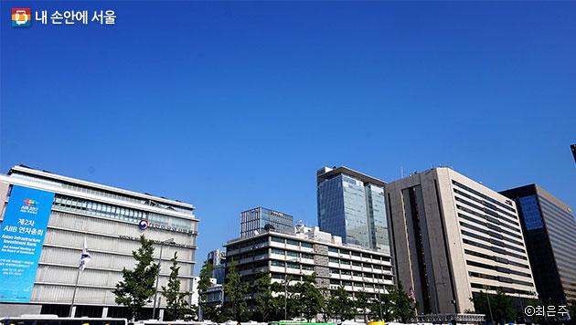 `서울시민 미세먼지 대토론회`가 열리던 날, 광화문 하늘은 구름 한 점 없이 푸르렀다. ⓒ최은주