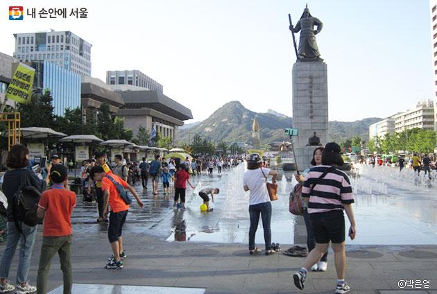 사람들의 열기로 가득한 축제 현장을 시원하게 만드는 광화문 광장의 분수대 ⓒ박은영