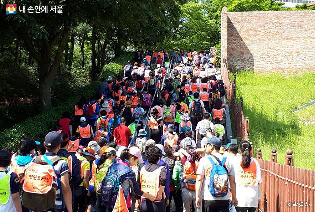 `2017 서울명산트래킹`에 참가한 많은 시민들 ⓒ박경자