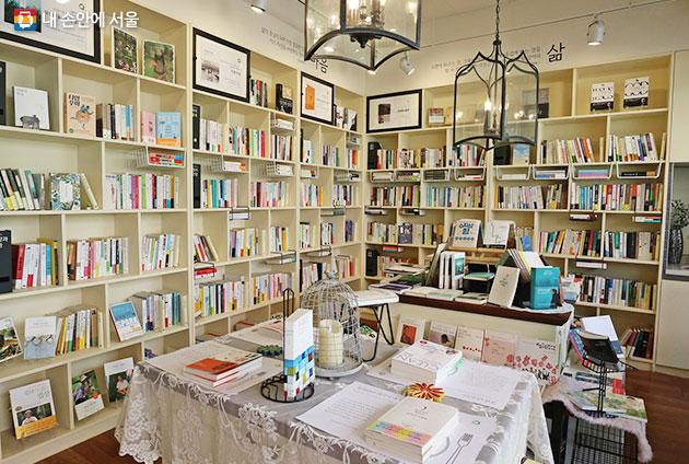 작은 출판사가 운영하는 동네서점 `서가는`. 마음과 생각에 관한 에세이를 주로 소개한다