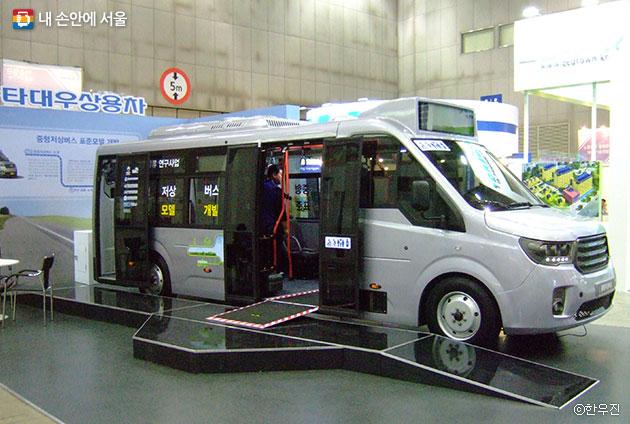 지금까지 대형버스에서만 볼 수 있었던 낮은 바닥면을 중형버스에도 적용한 중형저상버스ⓒ한우진