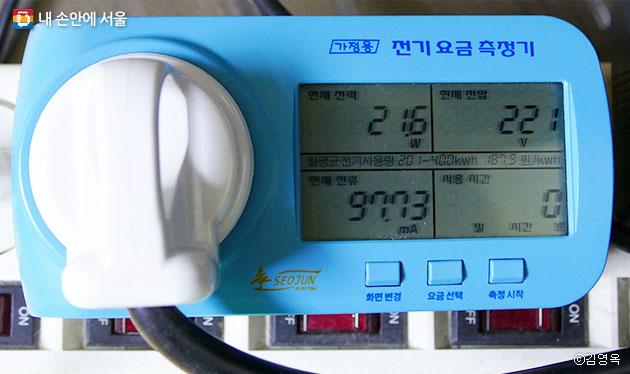 태양광 미니발전소 생산 전력 측정기. 멀티탭에 직접 꽂아 사용할 수 있다. ⓒ김영옥
