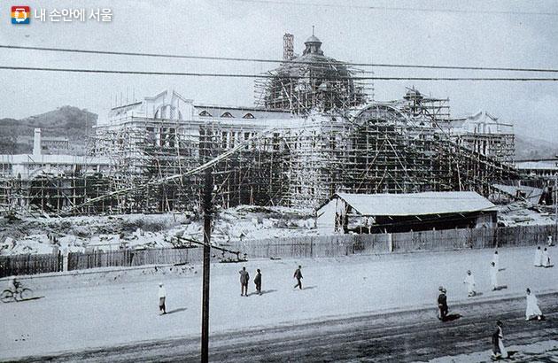 1924년 10월 건설 중인 모습. 일본은 도쿄-부산-경성-만주-유럽을 잇는 국제 역으로 경성역을 기획했다