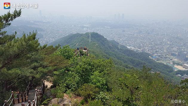 용마산에서 내려다 본 탐방로 전망대와 서울시내 모습 ⓒ최용수