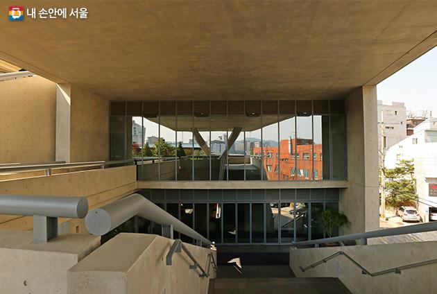 JCC아트센터와 크리에이티브센터, 시원한 열린 구조가 눈에 띄는 건물 구조