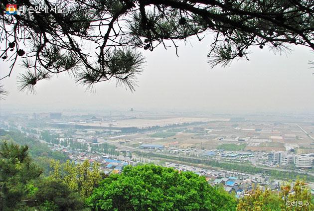 김포공항을 사수하다 전사한 장병들을 기리는 `호국충혼위령비`는 김포공항이 잘 보이는 곳에 건립되어 있다. ⓒ최용수