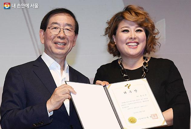 서울시는 뮤지컬배우 홍지민을 `원전하나줄이기` 사업 홍보대사로 위촉했다