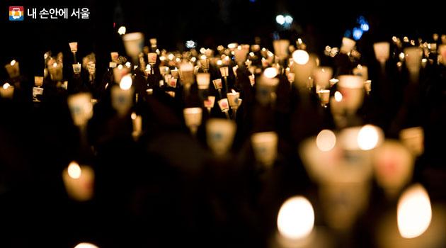 `평생학습`에는 누구나 존중받고 인정받는 민주주의 사회로 나아가는 가르침과 배움이 일상에서 꽃피우기를 바라는 기대가 담겨있다. 사진은 지난 겨울 광화문광장을 메웠던 촛불 물결