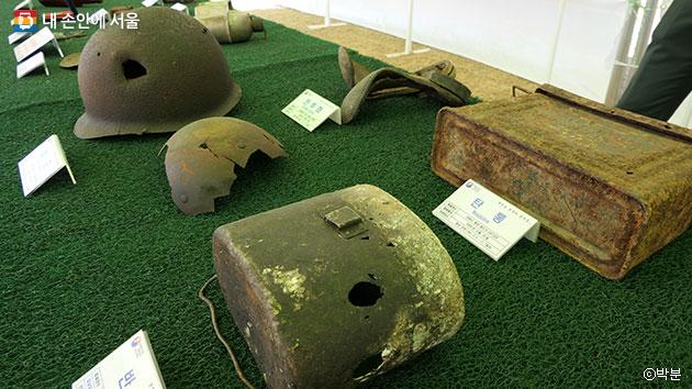 유품전시관에 전시된 철모와 반합 등이 전쟁의 처참함을 보여주고 있다. ⓒ박분
