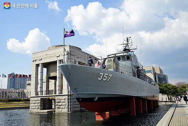 야외전시장에는 군함과 전투기 등 전쟁 장비를 전시한다.