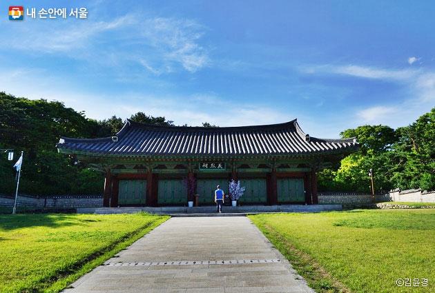 효창공원 김구, 이봉창 등 독립운동가 일곱 분의 영정이 모셔져 있는 의열사 ⓒ김윤경