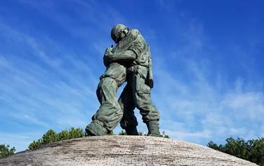 전쟁기념관 형제의 상, 한국전쟁 당시 전쟁터에서 국군과 북한군으로 만난 형제의 실화를 바탕으로 만들었다. ⓒ조시승