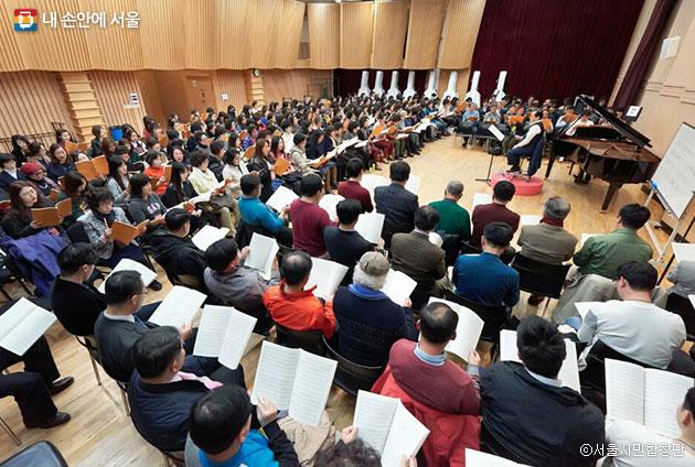 합창연습이 시작된 첫 날, 김명엽 단장 지휘 아래 250여 명의 시민합창단원들이 연습을 하고 있다. ⓒ서울시민합창단