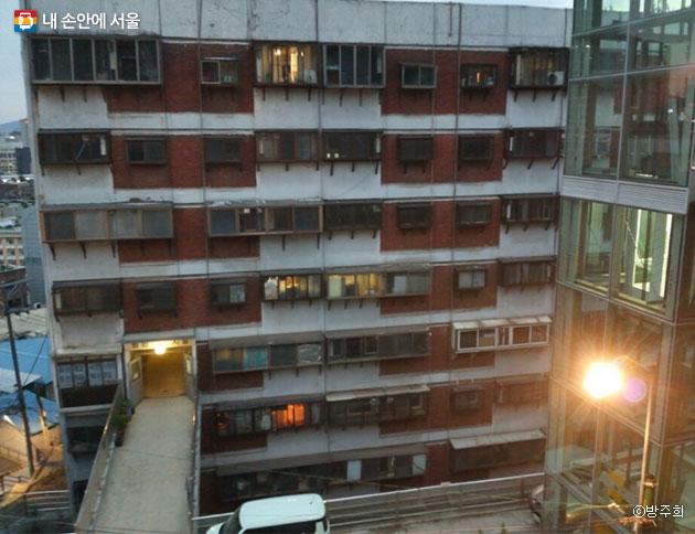 남산언덕에 위치한 10층 구조 회현 제2시범아파트를 만날 수 있었다. ⓒ방주희