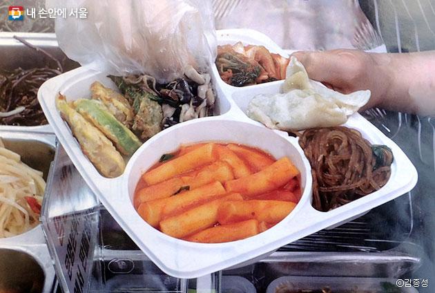 시장 맛집 음식을 두루 먹을 수 있는 `고루고루 도시락 뷔페` ⓒ김종성