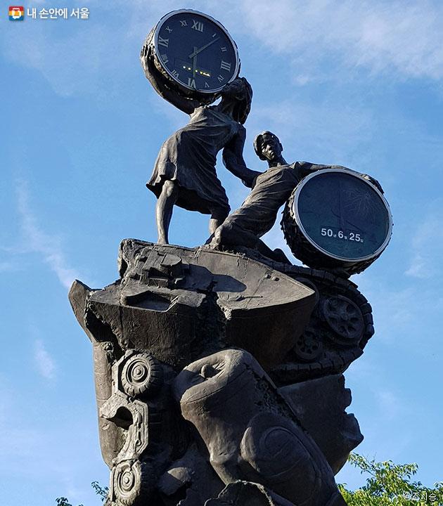 전쟁기념관의 평화의 시계탑. 두 소녀를 통해 통일열망과 평화기원을 상징화했다. 한 소녀가 안고 있는 시계는 6.25전쟁과 함께 멈춰버린 시간을, 또 한 소녀가 안고 있는 시계는 현재의 시간을 나타낸다. ⓒ조시승